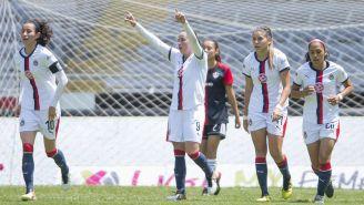 Jugadores de Chivas celebran una anotación contra Atlas