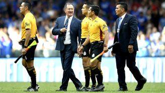 Enrique Meza habla con el cuerpo arbitral al término del juego vs Puebla