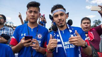 Aficionados de Cruz Azul en las inmediaciones del Estadio Azteca