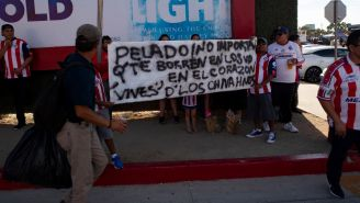 Las pancartas de los aficionados rojiblancos hacia Almeyda