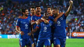 Jugadores de Rayados celebran el tanto del triunfo ante los Tuzos