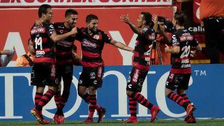 Jugadores de Xolos festejan un gol