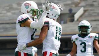 Jugadores de México celebran un touchdown