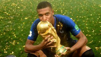 Mbappé besa la Copa del Mundo tras ganarla en Rusia 2018