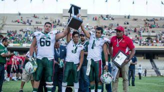 Jugadores de México levantan el trofeo de Subcampeones