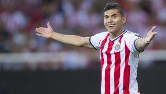 Orbelín Pineda reclama una acción en un duelo de Liga MX