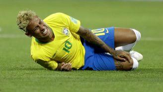 Neymar se lamenta en el césped durante Rusia 2018