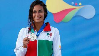 Paola Espinosa presume su medalla en los JCC