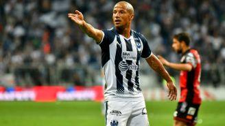 Pato Sánchez reclama jugada en un duelo con Rayados