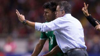 Gallardo dialoga con Osorio en un juego del Tri