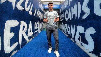 Paolo Medina posa en la casa de Rayados con el jersey del club