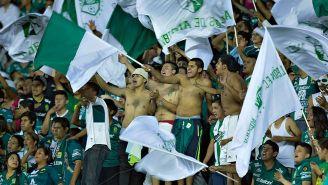 Aficionados de León apoyan a su equipo en un juego de Liga MX