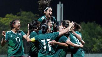 Jugadoras de México celebran uno de los goles