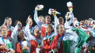 Selección Femenil festejan tras ganar la medalla de Oro en Barranquilla