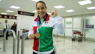 Charlyn Corral posa con la medalla de oro obtenida en Barranquilla