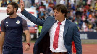 Almeyda saluda al público en un juego con Chivas