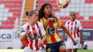 Karla Jiménez, de Morelia, pelea un balón frente a Valeria Meza