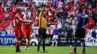 César Arturo Ramos expulsa Talavera en el duelo contra Chivas