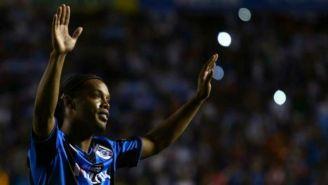 Ronaldinho celebrando un gol con los Gallos Blancos