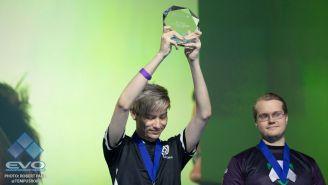 Leffen, con su trofeo de campeón en el Mandalay Bay de Las Vegas