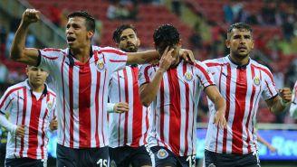 Jugadores de Chivas celebran un gol en Copa MX