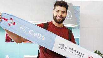 Néstor posa con una bufanda del Celta de Vigo