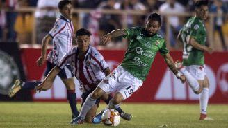 Flavio Santos deja en el camino a los jugadores de Chivas