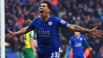 Ulloa celebra un gol en su época con el Leicester City