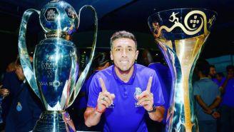 Héctor Herrera posa con los títulos obtenidos en el Porto