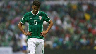 Diego Reyes se lamenta en partido de la Selección Mexicana