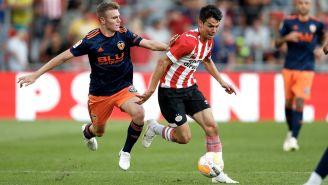 Lozano controla el balón durante un duelo con el PSV