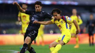 Stefan Medina y Diego Lainez disputan un balón en el C2018