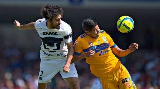 Alejandro Arribas y Hugo Ayala disputando un balón en el aire