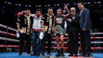 La Barby Juárez celebra su victoria con el cetro gallo del CMB