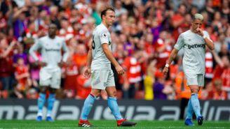 Jugadores del West Ham se lamentan después del partido