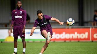 Chicharito dispara al arco en entrenamiento con West Ham United
