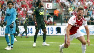 Huntelaar celebra luego de anotarle a Guillermo Ochoa