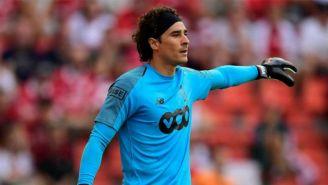 Memo Ochoa, en un juego con el Standard