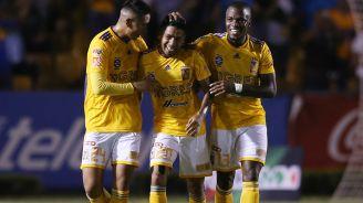 Aquino es felicitado tras marcar contra Atlético San Luis