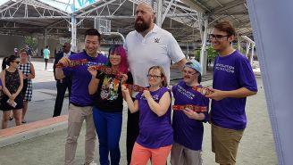 Big Show posa con los niños de ilimpiadas especiales de EU