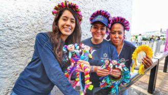 Muñecas de Amealco son regaladas en la Corregidora