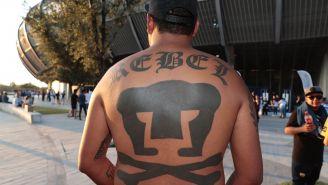 Nísper presume el escudo de La Rebel que tiene tatuado en su espalda