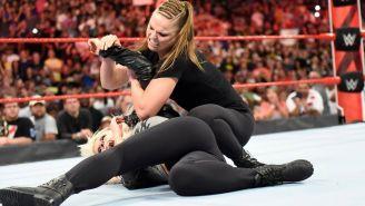 Ronda aplica un candado al brazo de Alexa Bliss