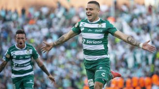 Jonathan Rodríguez y Bryan Rabello  festejan un gol