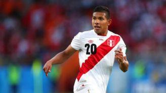 Edison Flores portando la playera de Perú