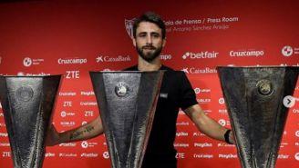 Nicolás Pareja al lado de los tres trofeos de Europa League que ganó