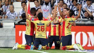 Jugadores de Morelia celebran anotación de Rodrigo Milliar
