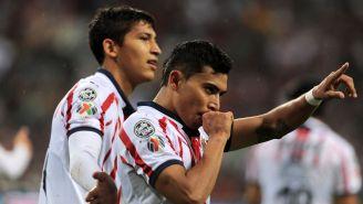 Orbelín celebra un gol con Chivas