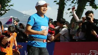 Jin Feibao corriendo un maratón