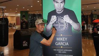 Mikey García firma un cartel con su imagen